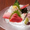 毎日築地から届く旬の鮮度の高い魚を料理人の技で仕立てます。日替わりでお楽しみ下さいませ。