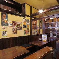 【カウンター全11席】お一人様・常連様におススメのお席です。古民家風の壁と様々なポスターが昔ながらの懐かしいTHE居酒屋の雰囲気です。1階のお席です。