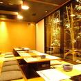 ≪ ≪業者による一斉消毒・殺菌を実施し、壁やテーブルなどを抗菌処理≫ ≫掘りごたつ席(個室)4・6席のテーブルがあります。奥の襖を取り除くことで、4席×2・6席×2としての大人数でご利用することも可能です。