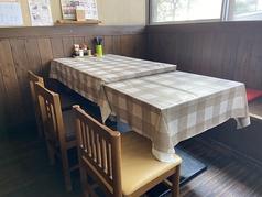 間仕切りで6名様席でのご利用できるテーブル席