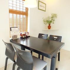白を基調にしたテーブル席。非常に人気のある個室です。