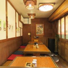 【テーブル席】入り口付近と店内奥にあるテーブル席は、3~4人でのご利用も可能!ランチタイムは相席になる可能性もございます。