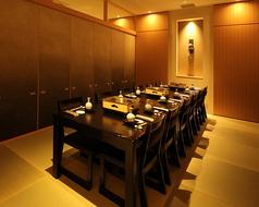 大広間の他にも最大14名様までご着席いただける個室を完備しております。