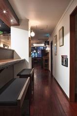 カウンター席は2名様×3あります。調理スタッフと話しながら飲める、お一人様でも居心地の良い席です。