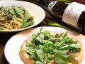 料理メニュー写真ツナとタルタルとベビーリーフのピザ