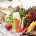料理メニュー写真十三品目の生野菜盛り