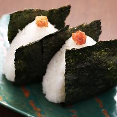 料理メニュー写真おむすび ( 鮭/梅 )