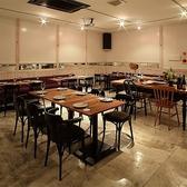 当店中央のフロアー席はあらゆるポジションにカーテンレールがあり、ご宴会人数に合わせてご利用いただけるお席です。4~8名様掛けテーブルが並び、急な人数変更にも対応が可能です♪