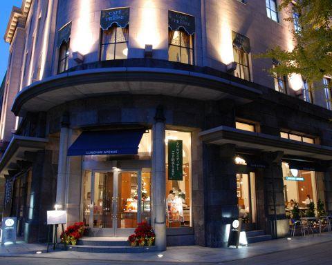 日本大通に昭和初期に建てられた建物に店を構える。天井高5mの開放的な空間。