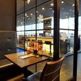 ガラス張りのお席からも当店自慢の夜景を一望できる贅沢なフロア