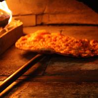 400度の薪石窯で一気に焼き上げる石窯ピッツァは絶品!