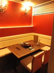 こちらのお席は半個室席となっております。テーブル席に比べましてゆったり楽しめるお席となっておりまして人気のお席となっております。