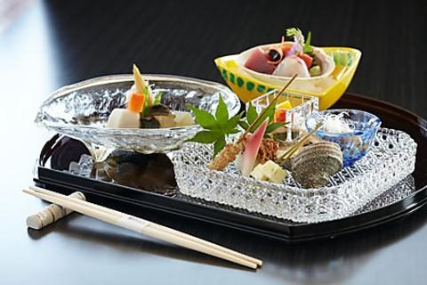 四季折々のお料理とともに、洗練された器・盛りつけが楽しめる日本料理のお店。