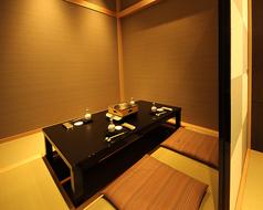掘りごたつ式の個室はすべてのお部屋をひとつなぎにすることで、最大18名様までご利用いただけます。のんびりとおくつろぎいただける人気の個室です。