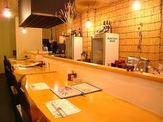 """木の温もりを感じながらも高級感溢れるカウンター席。職人の技を見ながら、""""鶴我""""自慢の會津懐石料理や銘酒をご堪能ください!"""
