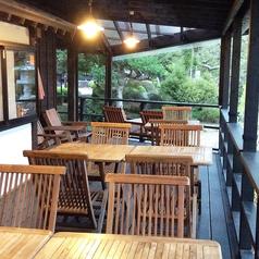 外で景色を眺めながらカフェタイムをご堪能ください♪