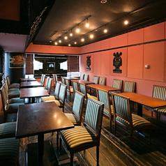 ピンクの壁が可愛らしいテーブル席。窓の多い店内。