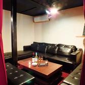 【半個室】優雅なひととき…広々ソファー席(カーテン仕切り)。広々ソファー席の個室はカーテンで仕切りがされており、完全プライベート空間です。