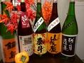令和秋限定の日本酒、【ひやおろし】が多種多彩なボトルで出揃いました!1、冬に蔵で日本酒を仕込みます。 2、春に1回火入れという殺菌します。 3、暑い夏、ひんやりとした蔵でお酒を寝かせます。秋まで熟成。 4、2回目火入れせず冷やのまま卸すので【ひやおろし】完成! 5、味わう。楽しむ。秋刀魚等秋の食材相性抜群