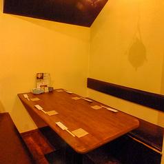 最大6名で使えるテーブルのお席です。3方が壁になっているので、周囲を気にせずお食事いただけます。