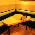 角のテーブル席
