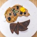料理メニュー写真鶏レバのあぶりパテ 季節のジャム添え 黒パン付き