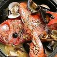 当店の名物、地金目鯛を丸々1匹使用したアクアパッツァ。見た目の迫力はもちろん、旨味たっぷりのスープは絶品。