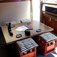 解放感あふれるテラス席。4名様までの特等席です。屋根付きですのでご安心ください。ペットとご一緒にお食事を楽しんでいただくこともできます。冬はホカホカの暖かいお鍋、夏はキンキンに冷えたビールで!お席のみのご予約も承っております。