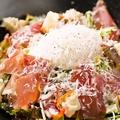 料理メニュー写真パルマ産生ハムと温泉玉子の自家製シーザーサラダ