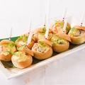 料理メニュー写真ぷりぷり海老とベーコン・きのこのシチュー 胚芽ロールパンケース焼き