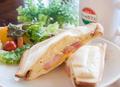料理メニュー写真厚切りベーコンとポテトサンド