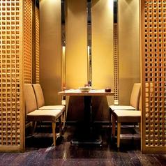【少人数飲み会向けの仕切り付きテーブル席】2~4名様向けの半個室タイプのお席です。落ち着いた気分で海鮮料理やこだわりの日本酒を楽しみたい方におすすめです。