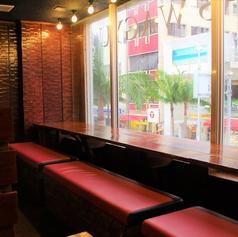 お店は2階に位置しており、国際通りを眺めながら楽しめるシートは、カップルの方にもおすすめです。