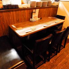 最大5名迄座れるテーブルのお席です。「コ」の字型のお話がしやすいお席になっております。
