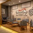 ◆お洒落な雰囲気の店内のテーブル席◆店内はカフェのようなお洒落なつくりとなっております。オープンな空間に並ぶテーブル席では気取らずにお気軽にお酒を楽しんでいただけます。お得なコースを利用して楽しいお時間をお過ごしください♪