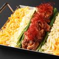 料理メニュー写真赤辛牛スジ肉の鉄板チーズとろ肉鍋(2~3人前)