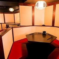 六角形のテーブル半個室席