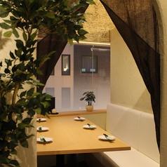大きな窓から外を眺められる窓側テーブル個室2名様~6名様までご利用いただけます。