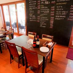 店内はお洒落で広々空間♪大きい黒板前のテーブル席♪外の景色を見ながら美味しいランチ&ディナーを★
