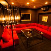 ひときわ目を引く真っ赤なソファーが魅力の個室「ザ・ルビー」!!大人な雰囲気の中で六本木の夜を楽しみたい方にお勧めです♪