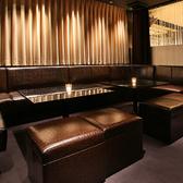 黒のゆったりとしたソファーが目を引くカラオケ付ソファー個室「クールブラック」♪シックでムーディーな大人の空間です!ゆったりと、でも盛り上がりたい!という方はこちらの個室を是非♪