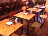 2人がけテーブルが4つ/4人がけテープルが1つ。おしゃれなインテリアに囲まれて、デートや女子会を…