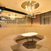 シャンデリアのあるゴージャスなカラオケ付ソファー個室「クリスタル」♪白を基調とした解放感溢れる空間で盛り上がっちゃいましょう!