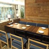 ハイカウンターのテーブル席。爽やかなブルーのお席が自慢♪