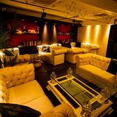 存在感バッチリのソファーだけでもゴージャスなのにバーカウンター付き。これでもか!というくらいにゴージャスな「ザ・ラウンジ」!!
