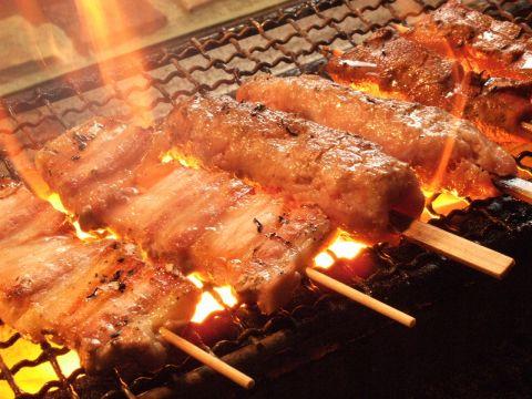 料理一筋の職人が丁寧に焼きあげる焼とんと、ホルモンたっぷり元祖鉄板鍋を!!