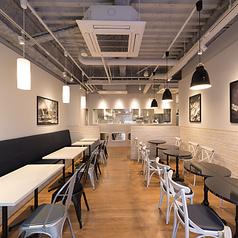 お席はゆったり30席。身近なカフェとしてゆっくりとおくつろぎください。挽きたてコーヒー1杯250円、コーヒーご購入のレシートを当日お持ちいただくと100円でおかわりができます。