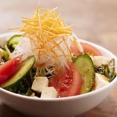 料理メニュー写真三陸めかぶと長芋のあげ福サラダ