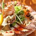 漁港から仕入れた新鮮な魚介類を使用した「魚塊カルパッチョ」。見た目にも華やか。ボリュームたっぷりで宴会にピッタリ。
