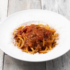 甘い玉葱とイタリア産ベーコンのアマトリチャーナ風ブガティーニ